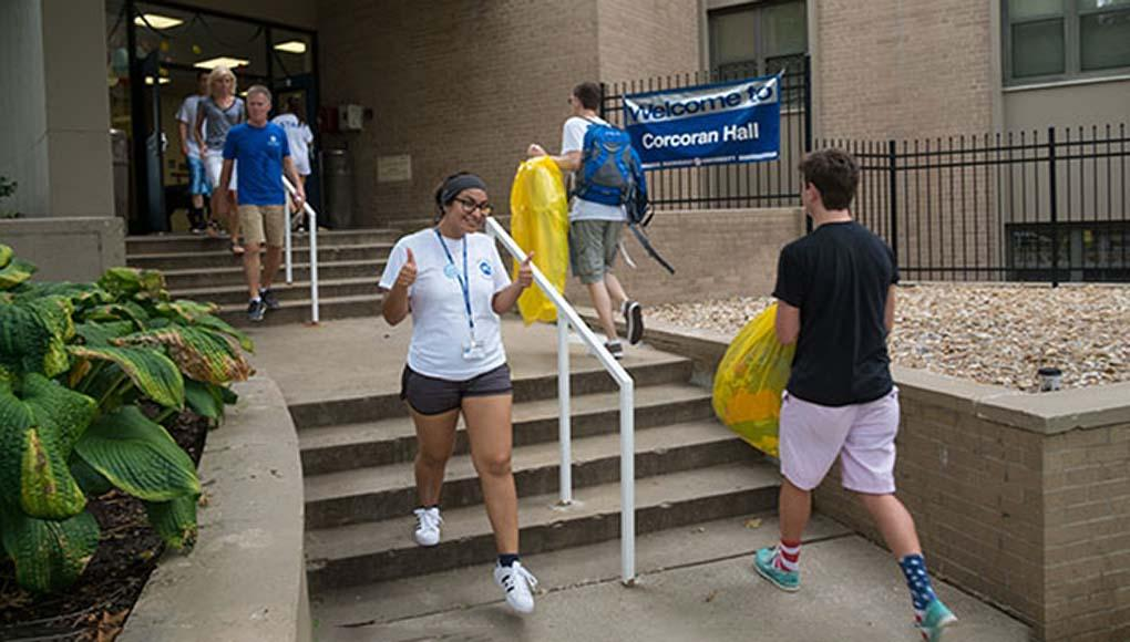 students moving into the dorm