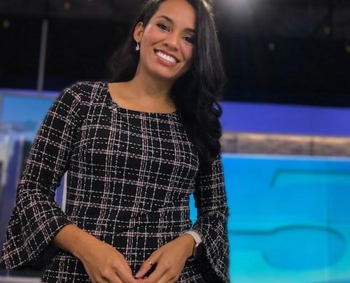 Carolina Cruz behind the anchor's desk